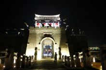 窑湾夜色 与江南的周庄、同里等古镇相比,地处苏北的邳州窑湾古镇就要清净太多,晚上七点多钟,古镇的街上