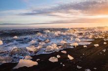 冰岛黑沙滩毗邻风景如画、安宁和睦的维克小镇,与风琴岩峭壁相伴。黑沙为火山喷发后,高温岩浆遇海水迅速冷
