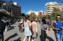 西班牙加泰罗尼亚大区首府,巴塞罗那是一座美丽城市,古迹遍地,美眉云集