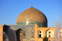 谢赫洛特芙拉清真寺,以阿巴斯大帝的岳父命名,没有庭院和宣礼塔,据说仅供皇室内部使用。LP伊朗就是以谢