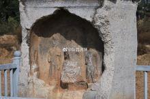 齐士员造像碑(亦称:石佛堂),位于唐高祖献陵东偏北约800米处农田中,四周有铁栏杆围护,碑身呈长方体
