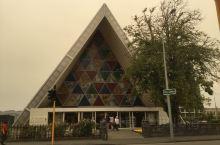 基督城有一个纸板大教堂,带着好奇来到这里。经了解得知2011年2月,基督城遭受了一场毁灭性的地震,市