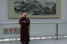 青州古城小站雪后清晨,阳光明媚普照在小站广场的每个角落,静悄悄的雪地偶有行人足迹点缀其中,打破这洁白