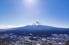 富士山就像是位多变的美女,虽然面貌不变,却总是利用不同的装束改变气质。河口湖町看过去是一副湖上富士山