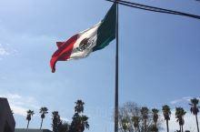 拐了个弯进入墨西哥小镇,有特色的球型状建筑是大剧院,其他的楼房均不高,第六张照片背景是市政办公大楼,