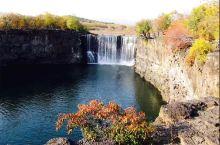 吊水楼瀑布位于黑龙江省牡丹江市,因其居镜泊湖北端,又名镜泊湖瀑布。 瀑布两侧悬崖岩石为火山岩。秋季的