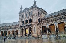 西班牙广场位于玛利亚路易莎公园的边缘,最初是为了1929年的伊比利亚美洲展览由塞维利亚建筑师Aníb