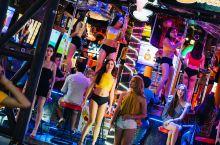 这是普吉岛上一家非常有名的酒吧,这里每天晚上都会是灯红酒绿,许多的亮哥美女都会来这里,这里非常吸引年