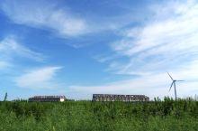 上海崇明岛位于崇明区,是一座优美又安详的小岛,有种世外桃源的感觉,里面空旷面积很大,适合旅游度假,值