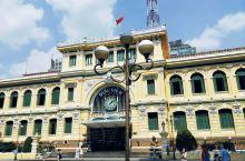 越南胡志明中央邮局,去的当日对面的教堂正在修缮,邮政大楼外道路边上停着几辆旅游大巴士,游人较多,很多