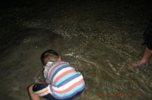 下川岛沙滩挺大的,清晨去海边,能看到渔船靠岸,游水时,能见到渔民捞贝壳,若有心的话,自己也能捞上几个