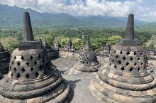 婆罗浮屠,世界上最大佛教庙宇,规模宏大,保存完好,还见到了不少春游的小学生,总之印尼的景点就是人少,