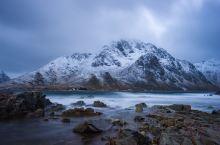 孤独仙境-挪威罗弗敦  下午两点,天空被夕阳的最后一抹亮光点燃后,黑夜就骤然降落在这片蛮荒的山海之上