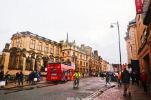 终于到达著名的英国牛津大学区! 街上湿漉漉的,天气有些阴沉,电影中的英国伦敦的镜头感十足!  牛津大