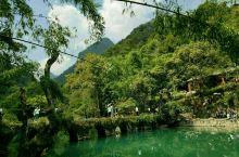 小七孔桥是贵州荔波小七孔景区的标志性景点。周边绿水青山,蓝天白云、植被茂盛,古树形状各异、虬枚苍劲,