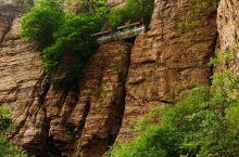 """绝壁上的""""人工天河""""红旗渠是河南林县人引进漳河水创造的奇迹,上世纪六十年代在太行山腰几乎用肩扛斧锤凿"""