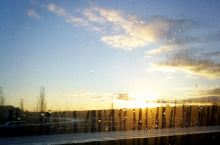窗外下着雨
