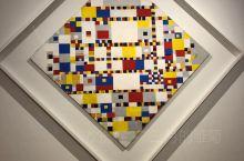 来海牙市立博物馆主要是向一位荷兰当代艺术大师致敬,就是几何抽象画派的先驱:蒙格里安。他用红黄蓝三原色