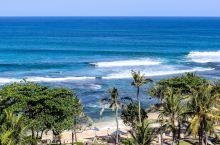 希尔顿度假村坐落在俯瞰印度洋美景的 40 米悬崖顶部,20分钟即可抵达伍拉·赖(Ngurah Rai