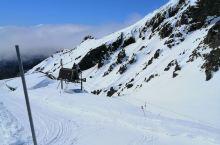 到现场体验一下壮观的滑雪场,坐榄车到山顶45刀纽纸