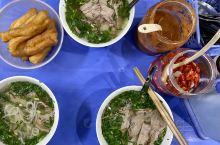 從西贡一路吃到河內,最后一晚终于吃到一碗家常牛肉河粉。我们和其他三桌客人就在老板家客厅兼卧室的塑料席