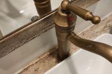 花筑•清迈河畔酒店(Riverside Floral Inn)  洗手池周边全是霉点,地面脏的不行,