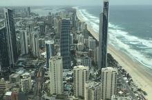 在黄金海岸登上Q1大楼看这个世界最长的沙滩,感觉很壮观。Q1是世界第五高大楼,不容错过。 看完去旋转