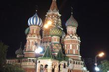 莫斯科,世界上领土面积最大国家的首都。我们的近邻俄罗斯的首府距离我们并不近;国内主要空港都有飞往莫斯