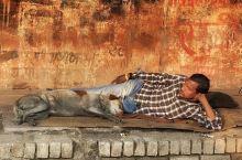 瓦拉纳西印度教的圣地,因恒河能洗去所有一切罪恶,让教徒们纷纷从各地前来朝圣。也没有听说过一个城市以脏
