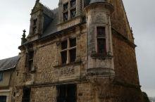刚到勒芒第一天,女儿带着咱们俩逛老城区,看到古老的建筑,的确很精美。带着历史的沧桑,经久不衰,无比可