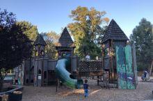 一个适合小朋友玩的城市公园