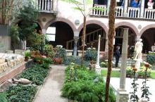 伊莎贝拉嘉纳艺术博物馆每周三四会有花园的美声歌唱,办了年卡,经常来,还是很美的享受。看着花园,收藏品