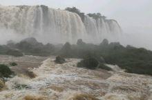 伊瓜苏瀑布,从巴西一侧的河中栈道上观伊瓜苏瀑布,气势磅礴。遗憾天气不佳,不见彩虹。