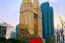 """""""双子塔""""在夕阳的余晖里依然金碧辉煌、熠熠生辉,成为重庆网红打卡景点南滨路当之无愧的耀眼明珠。  风"""