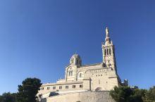 新拜占庭风格的马赛守护圣母教堂座落在一座山丘上,其观景台是俯瞰马赛港和伊芙岛的绝佳地点。