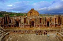 绝对让人震惊,这座罗马古城竟然有三个剧场,相当于我们现在的音乐厅和大剧院,想一想,我们现在多大的城市
