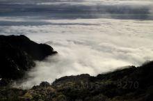 顶风冒雨黑夜登山搏一把,辛运的是看到如此云升霞蔚之景色。
