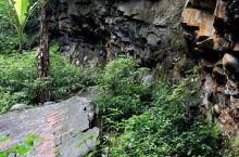 三都姑鲁产蛋崖景区被誉为世界之谜,也是一处民族风情浓郁的世外桃源。在村内有一陡峭的山崖,崖壁上不规则