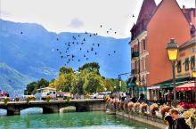 法国的童话小镇安纳西(Annecy),是一个让人一去就会爱上的地方。 小镇坐落在阿尔卑斯山脚下,紧邻