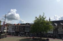 奶酪市场是豪达最有名的景点,但只有周四才有,地点就在市政厅门口的广场上。从市政厅楼上可以俯瞰整个广场