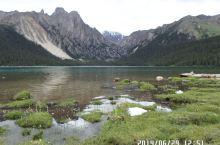 静谧的措普湖。从巴塘经措普沟前往措普湖,沿途风景原始自然,措普湖更是安详而神秘。由于当时措普沟路况极