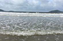这天阴天、多云、凉风习习,更适合去海边,只是一波一波的浪,不适合游泳,只能冲浪了!