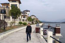位於广东英德的湖山温泉度假村,坐擁整個宝墩湖美景,可盡覽其湖光山色,風光自然明媚,而且度假村內設施齊