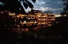 芙蓉镇白天看瀑布,晚上看夜景。很适合