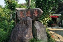 九仙温泉度假村位于宜春市奉新县九仙村,此处温泉属天然泉,尚处待开发状态,村民自接入家中提供给游客泡澡