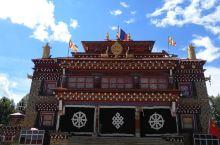 """山卡寺全名""""山卡大乐法轮寺"""",始建于1255年,由萨迦第五祖——圣僧八思巴尊者亲自创建,尊者作为元朝"""
