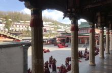 塔尔寺中的虔诚  青海塔尔寺是藏传佛教格鲁派六大寺院之首,宗喀巴大师诞生于此。这里不仅能欣赏到精美的