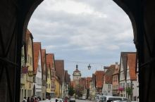 德国浪漫之旅上的重要景点,一座童话般的小镇,吸引着无数的游客前来。蓝天白云映衬着白墙红瓦,每一张角度