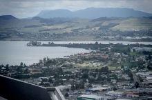 离开新西兰北岛火山地热公园来到罗托鲁瓦SKyline乘缆车到山顶远眺湖光山色。