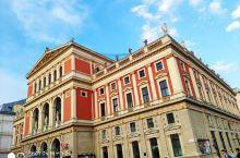 """金色大厅是维也纳最古老、最现代化的音乐厅。是每年举行""""维也纳新年音乐会""""的法定场所。 金色大厅始建于"""